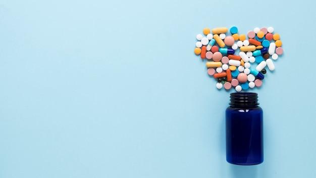 Vista superior variedad de pastillas de colores con espacio de copia