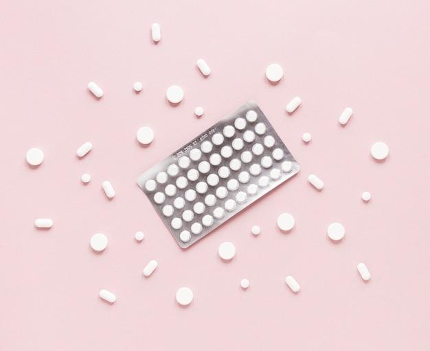Vista superior variedad de pastillas y tabletas sobre la mesa