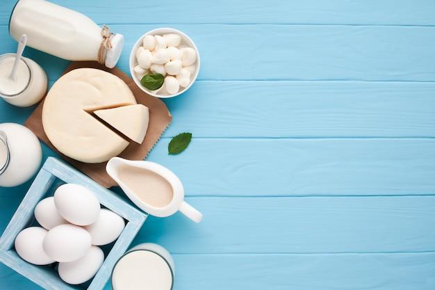 Vista superior variedad de productos lácteos frescos.