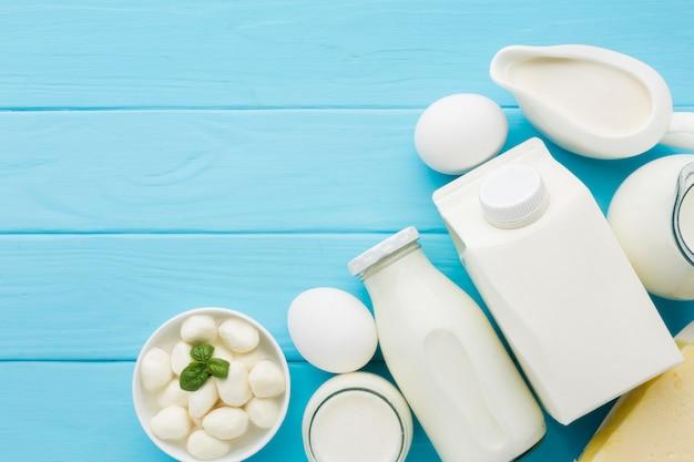 Vista superior variedad de queso con leche orgánica