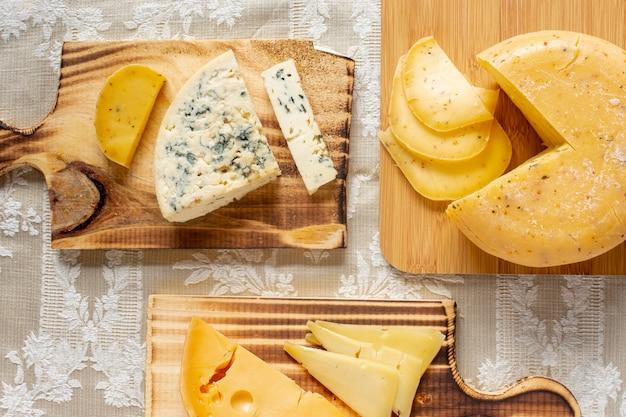 Vista superior variedad de queso en una mesa