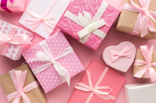 Vista superior de una variedad de regalos rosados