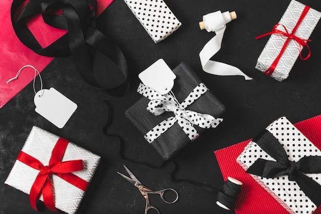 Vista superior de la variedad de regalos.