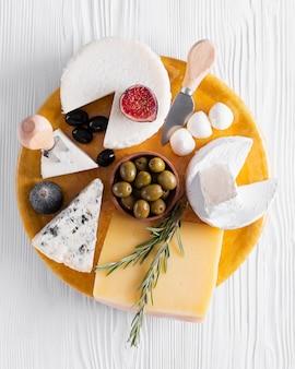 Vista superior variedad de sabrosos aperitivos en una mesa