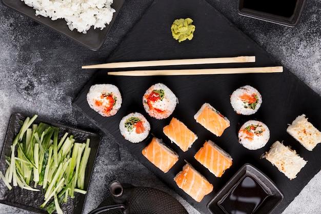 Vista superior variedad de sushi y salsa de soja