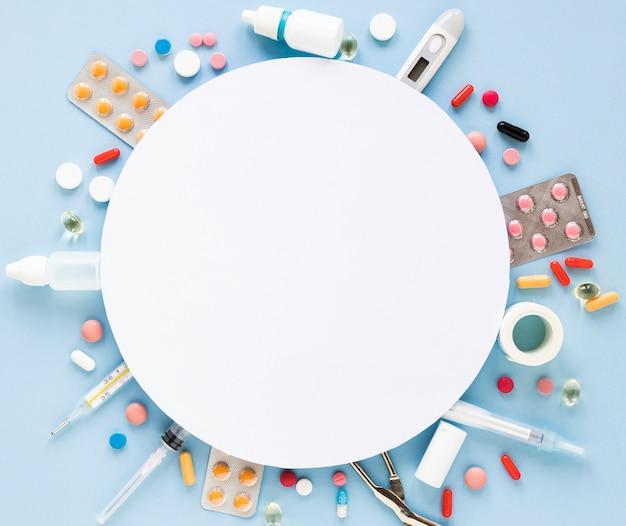 Vista superior de una variedad de tabletas y píldoras.