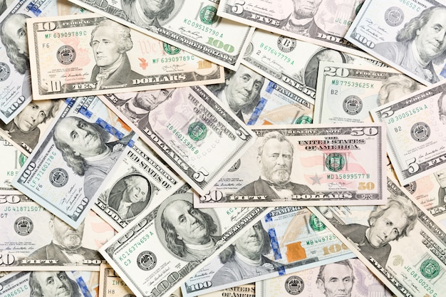 Vista superior de varios antecedentes de efectivo en dólares. billetes diferentes riqueza y concepto rico