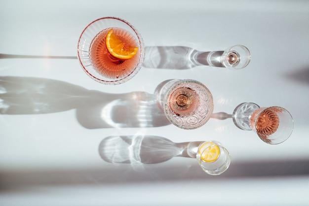Vista superior de varios cócteles en una mesa blanca