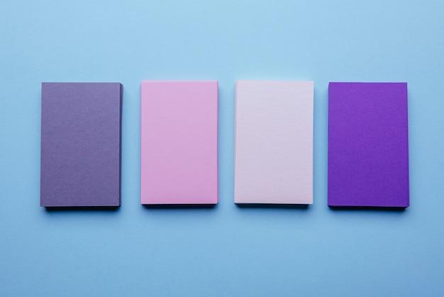 Vista superior de varios colores de tarjetas de visita