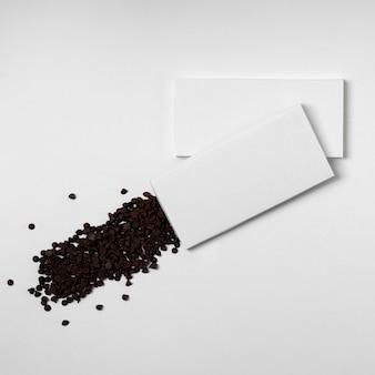 Vista superior de varios paquetes de barras de chocolate en blanco con chispas de chocolate