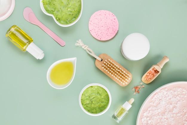 Vista superior de varios productos para el cuidado de la piel.