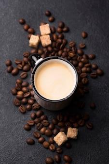 Vista superior del vaso de café en la mesa