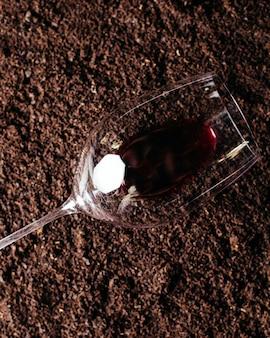 Una vista superior vaso vacío con vino tinto.