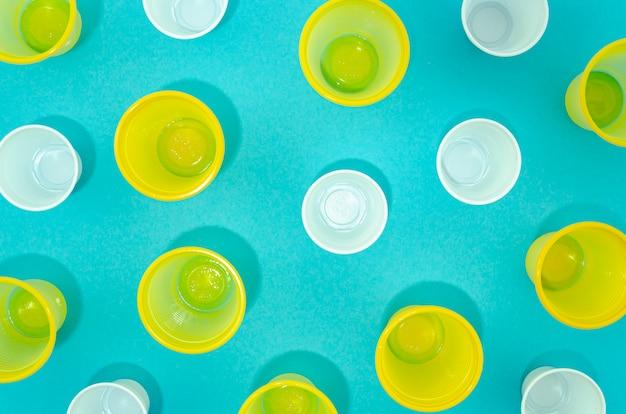 Vista superior de vasos desechables de plástico de colores