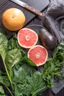 Vista superior vegetales y frutas orgánicas sobre la mesa