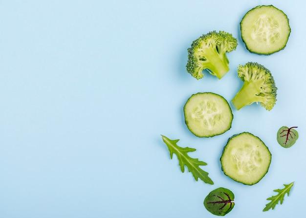 Vista superior vegetales orgánicos con espacio de copia