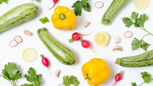 Vista superior vegetales orgánicos en la mesa