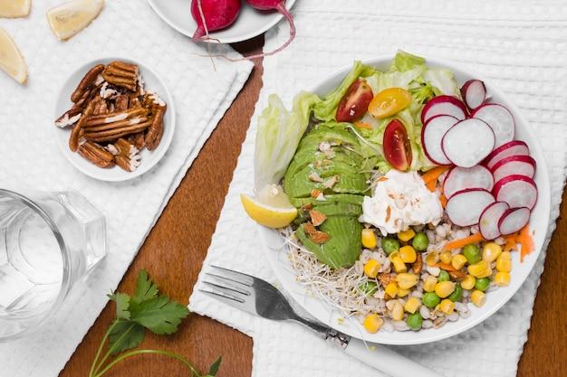 Vista superior de vegetales saludables en placa