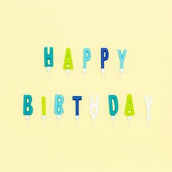 Vista superior velas de carta de cumpleaños