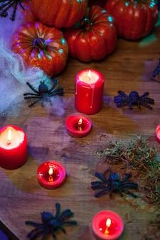 Vista superior de velas de halloween en una mesa de madera para la celebración de halloween. pequeñas calabazas.
