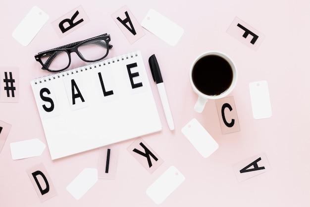 Vista superior venta escrita en el bloc de notas