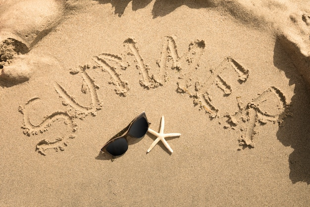 Vista superior de verano escrita en arena.