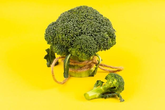 Vista superior verde brócoli fresco maduro sobre el fondo amarillo
