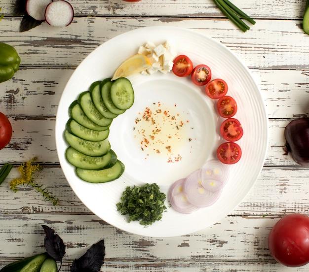 Vista superior de verduras y aceite de oliva