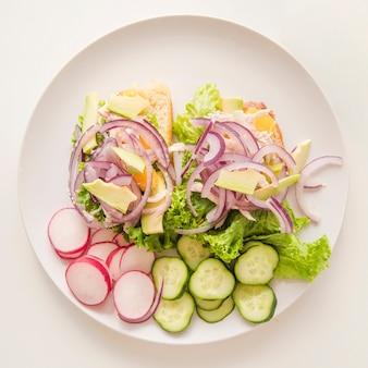 Vista superior de verduras con aguacate