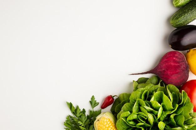 Vista superior verduras coloridas sobre fondo blanco con espacio de copia