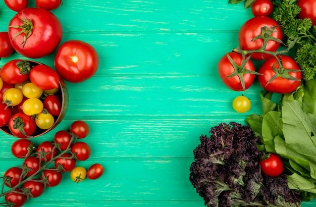 Vista superior de verduras como tomate albahaca espinacas en superficie verde con espacio de copia