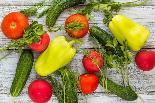 Vista superior de verduras y especias frescas