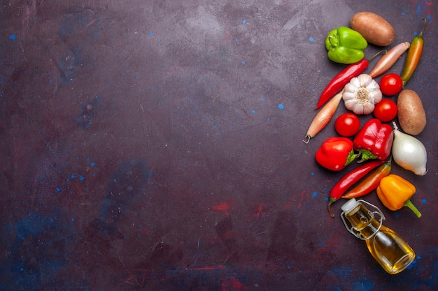Vista superior de verduras frescas con aceite de oliva sobre fondo oscuro comida ingrediente vegetal