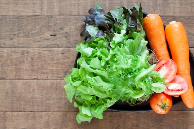 Vista superior de verduras frescas y coloridas en mesa de madera con copyspace