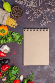 Vista superior de verduras frescas maduras con verduras en la superficie oscura ensalada de comida vegetal color maduro