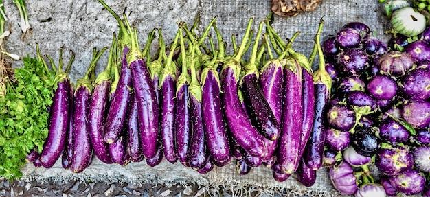 Vista superior de verduras frescas en el mercado.