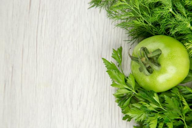 Vista superior de verduras frescas sobre fondo blanco.