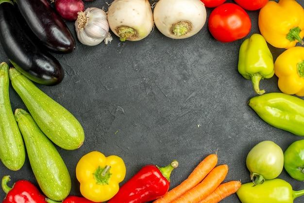 Vista superior de verduras frescas sobre fondo oscuro