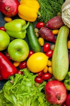 Vista superior de verduras y frutas, calabacín, pimientos, tomates cherry, col cumcuat, limón, granadas, kiwi, lechuga, pepino