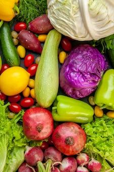 Vista superior de verduras y frutas calabacín pimientos tomates cherry cumcuat repollo rojo y blanco granadas limón lechuga rábano