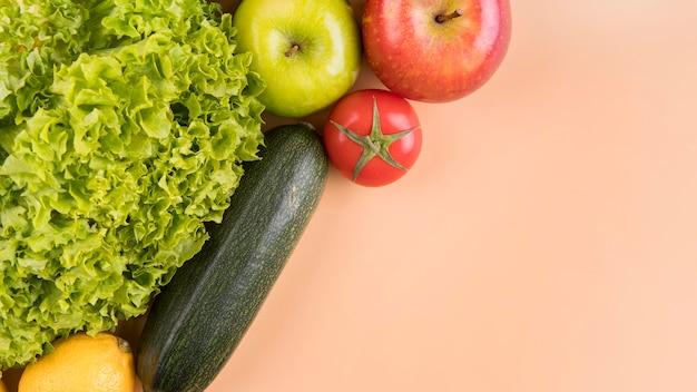 Vista superior de verduras y frutas con espacio de copia