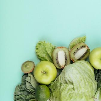 Vista superior de verduras y frutas verdes