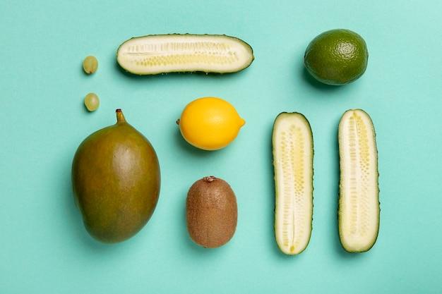 Vista superior de verduras y frutas.