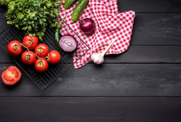Vista superior de verduras y paños de cocina