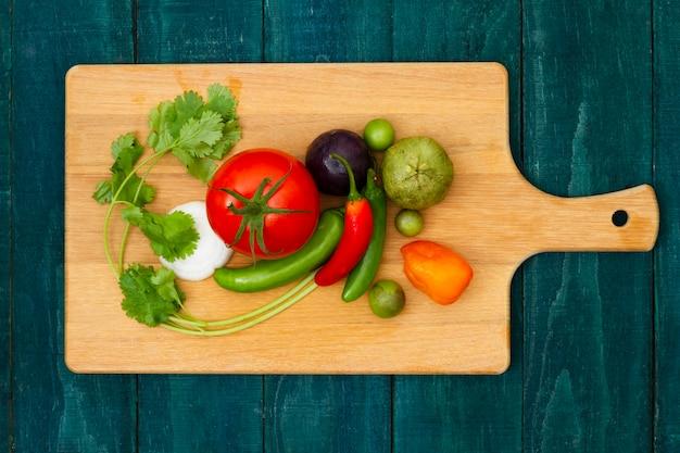 Vista superior de verduras en una tabla de cortar