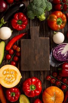 Vista superior de verduras y tablero de madera.