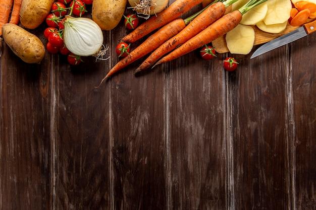 Vista superior de verduras con zanahorias y espacio de copia