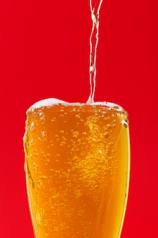 Vista superior vertiendo cerveza