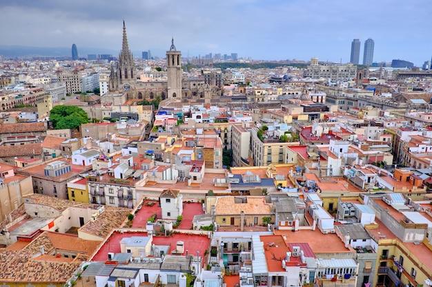 Vista superior de los viejos tejados de barcelona.