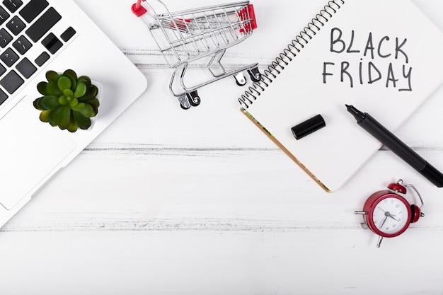 Vista superior del viernes negro escrito en el bloc de notas